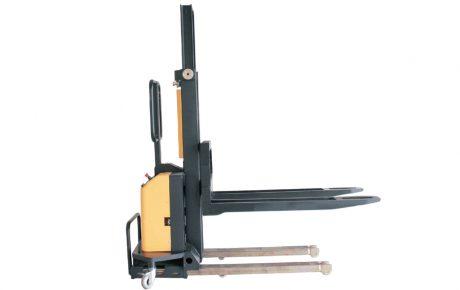 Apilador semieléctrico autocargable para camiones
